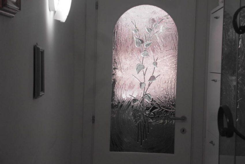 Oltrarno - Via San Niccolò appartamento unico completamente ristrutturato nel 2016.  L'appartamento unico nel suo genere, perchè pur essendo al primo piano ha un giardino/terrazza di circa 35 mq.  Completamente ristrutturato nel 2016 è così composto:  2 camere matrimoniali, 2 bagni con doccia finestrati, stanza armadi/studio, ripostiglio, soggiorno e cucina abitabile da cui si accede al bellissimo giardino coperto da un gazebo per godere delle belle serate in compagnia di amici e parenti.  Situato al piano primo è composto da soli 4 condomini, nessuna spesa condominiale, riscaldamento singolo, doppi vetri alle finestre, porta blindata, aria condizionata nella zona giorno e in cucina, affacci sia sul giardino che su via San Niccolò.  superficie 100 mq circa  terrazza/giardino mq 35 circa